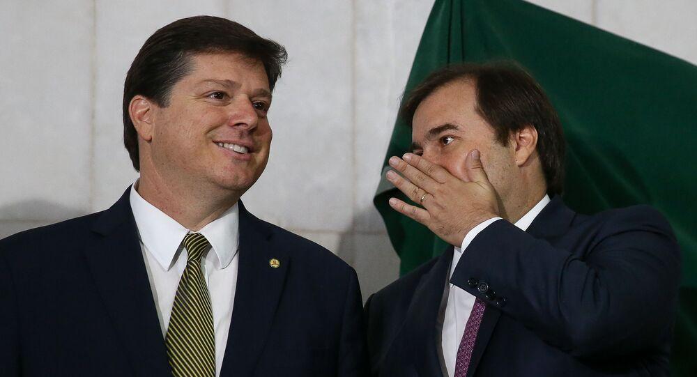 Em Brasília, o deputado federal Baleia Rossi (MDB-SP), à esquerda, e o presidente da Câmara dos Deputados, Rodrigo Maia (DEM-RJ), à direita, participam inauguração de estátua de Ulysses Guimarães, em 7 de outubro de 2019