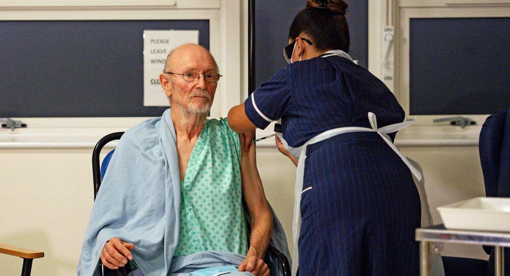 Idoso chamado William Shakespeare se torna a 2ª pessoa a tomar a vacina das farmacêuticas Pfizer/BioNTech contra a COVID-19 no mundo, Reino Unido