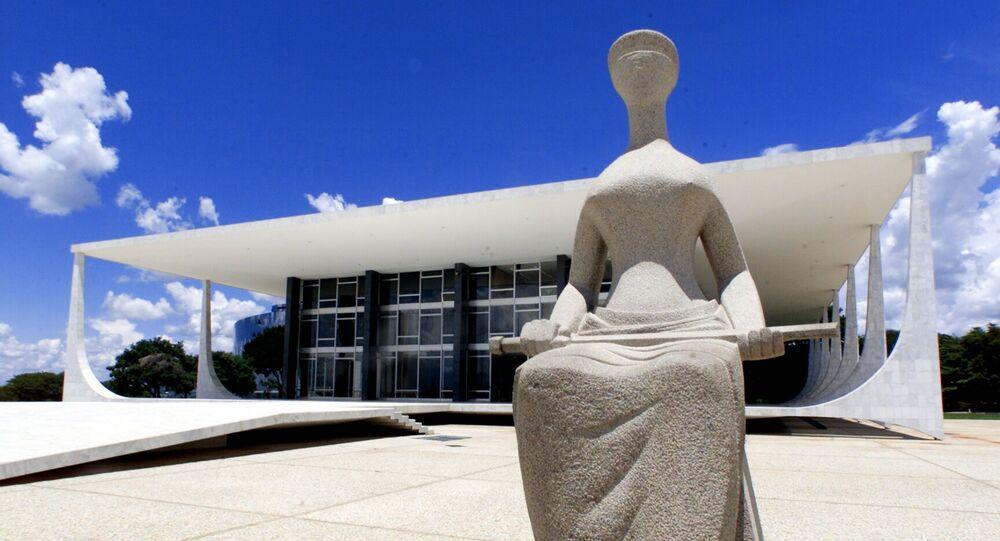 Estátua simbolizando a Justiça, em frente à sede do Supremo Tribunal Federal (STF), na praça dos Três Poderes, em Brasília