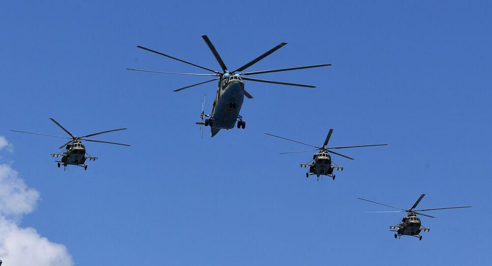 Helicópteros Mi-26 e Mi-8 voam sobre Moscou, Rússia