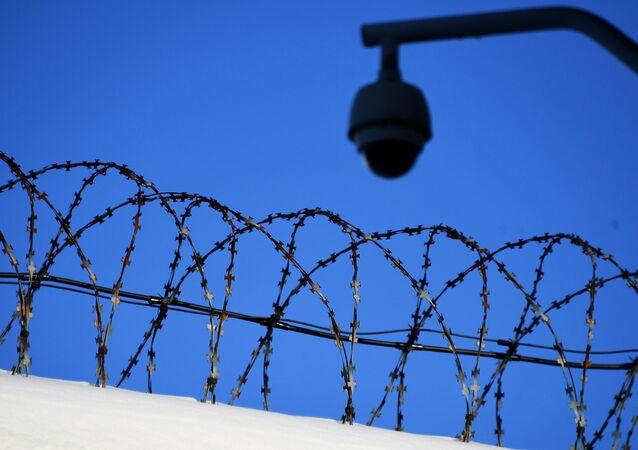 Cerca de concertina e câmera de vigilância na entrada de prisão na capital russa, Moscou (foto de arquivo)