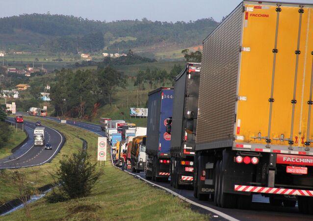 Caminhões percorrem a BR-101 no km 356 em Santa Catarina