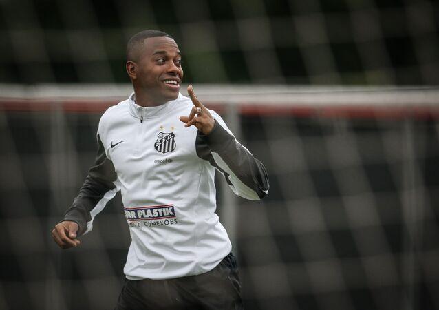 Robinho durante treino realizado no CT Rei Pelé