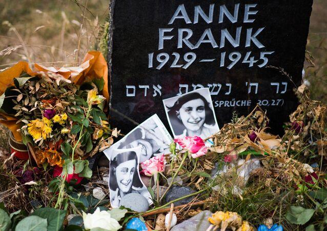 Lápide em homenagem a Anne Frank e sua irmã Margot no local onde era o campo de concentração Berger-Bensen, na Alemanha, onde ambas foram mortas em 1945