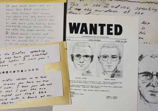 Cartas do Assassino do Zodíaco, entre outros materiais, no Departamento de Polícia de São Francisco na Califórnia, EUA