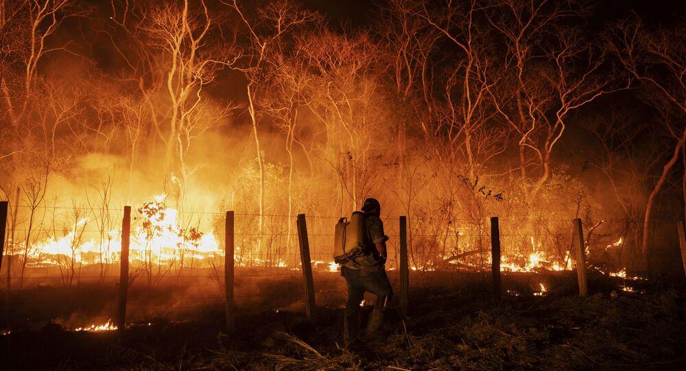 Funcionários monitoram um acero na tentativa de controlar um foco de incêndio na fazenda Santa Tereza, na região da Serra do Amolar, no Pantanal do Mato Grosso do Sul. Cerca de 60% da fazenda foi consumida pelo fogo, outubro de 2020