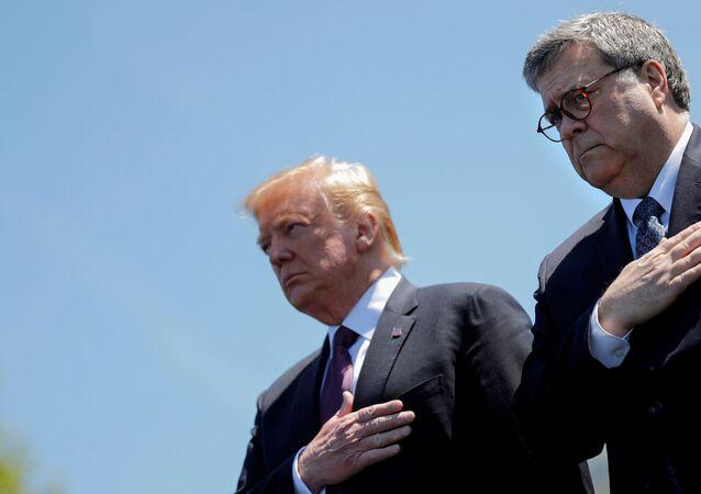 Donald Trump, presidente dos EUA, e William Barr, procurador-geral, participam de cerimônia em Washington, EUA, 15 de maio de 2019
