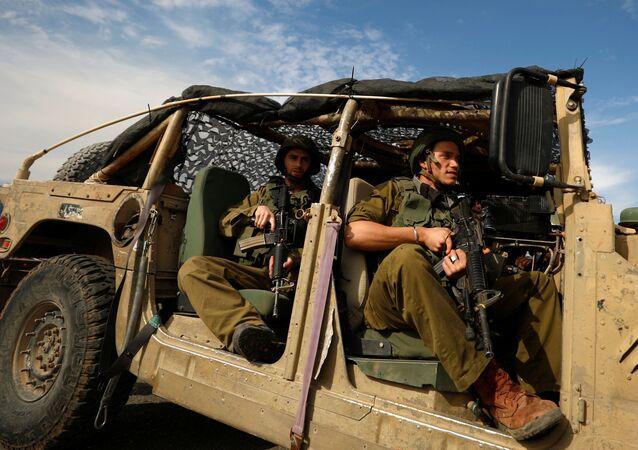 Soldados israelenses em veículo militar durante protestos de palestinos contra presença de Israel na Cisjordânia, 24 de novembro de 2020