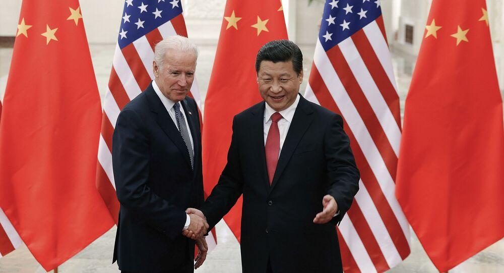 Xi Jinping, presidente da China, à direita, aperta a mão de Joe Biden, então vice-presidente dos EUA, no Grande Salão do Povo de Pequim