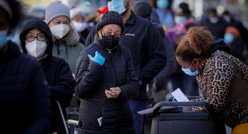 Pessoas fazem fila para receber gratuitamente caixas de alimentos de banco de alimentos em meio à pandemia da doença do coronavírus (COVID-19), em Nova York, EUA, 16 de novembro de 2020