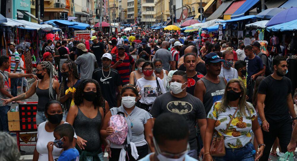 Pessoas andam na rua durante surto da COVID-19 em São Paulo, Brasil, 15 de dezembro de 2020