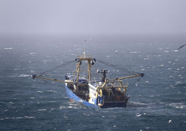 Barco de pesca operando no canal da Mancha, ao largo da costa sul do Reino Unido
