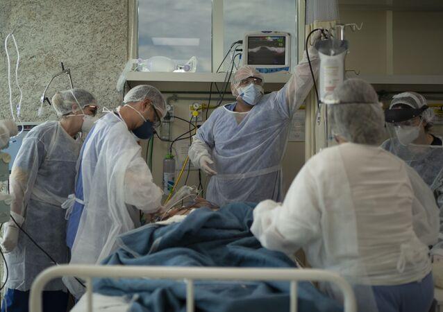 Médicos cuidam de paciente com COVID-19 em 11 de dezembro de 2020