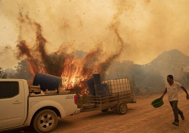Voluntário tenta apagar fogo na rodovia Transpantaneira em Poconé, no Mato Grosso. O Pantanal foi atingido por recorde de queimadas em 2020