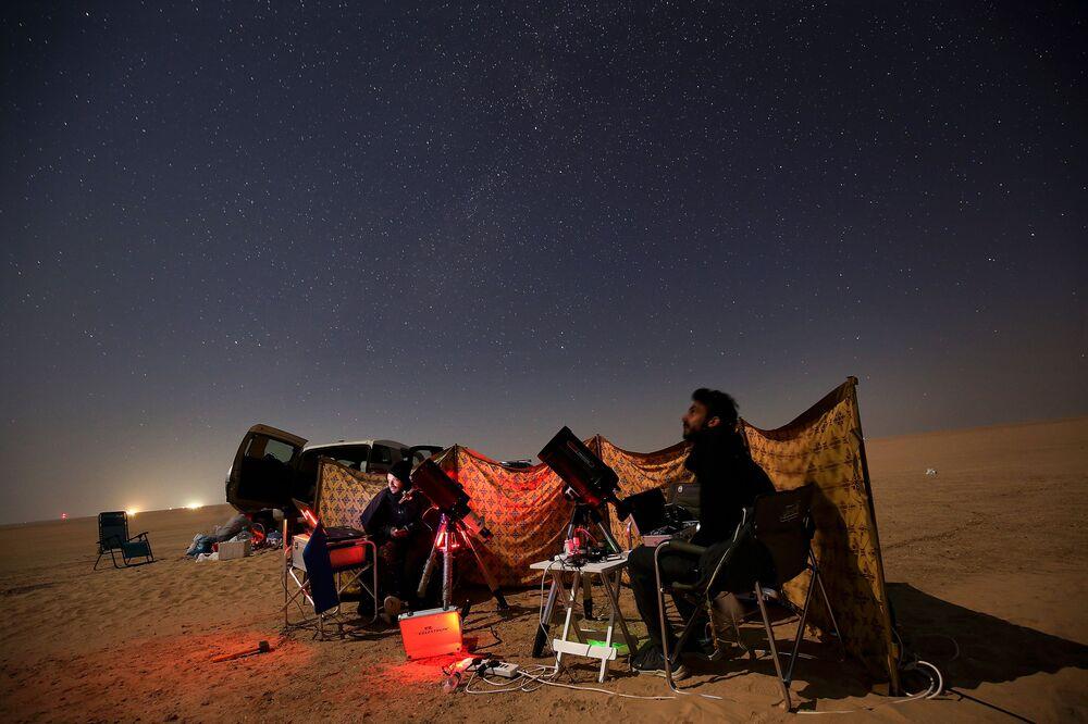 Astrofotógrafos observam a conjunção entre Júpiter e Saturno no deserto, Kuwait, 21 de dezembro de 2020