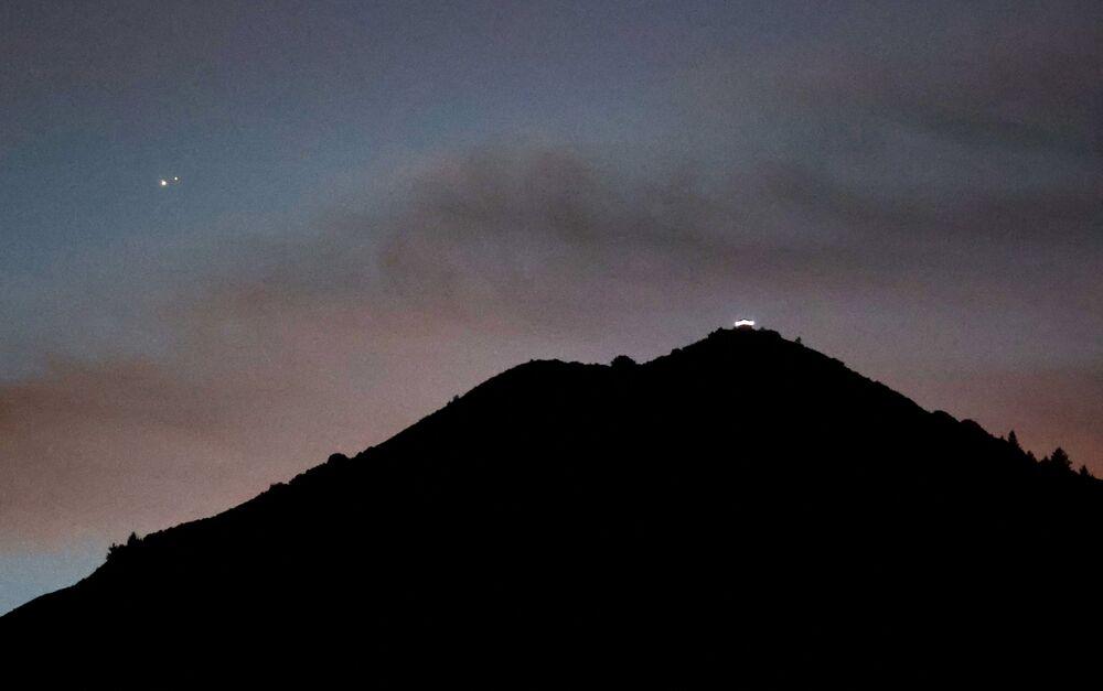 Conjunção entre Saturno e Júpiter, raro fenômeno astronômico, Califórnia, EUA, 21 de dezembro de 2020