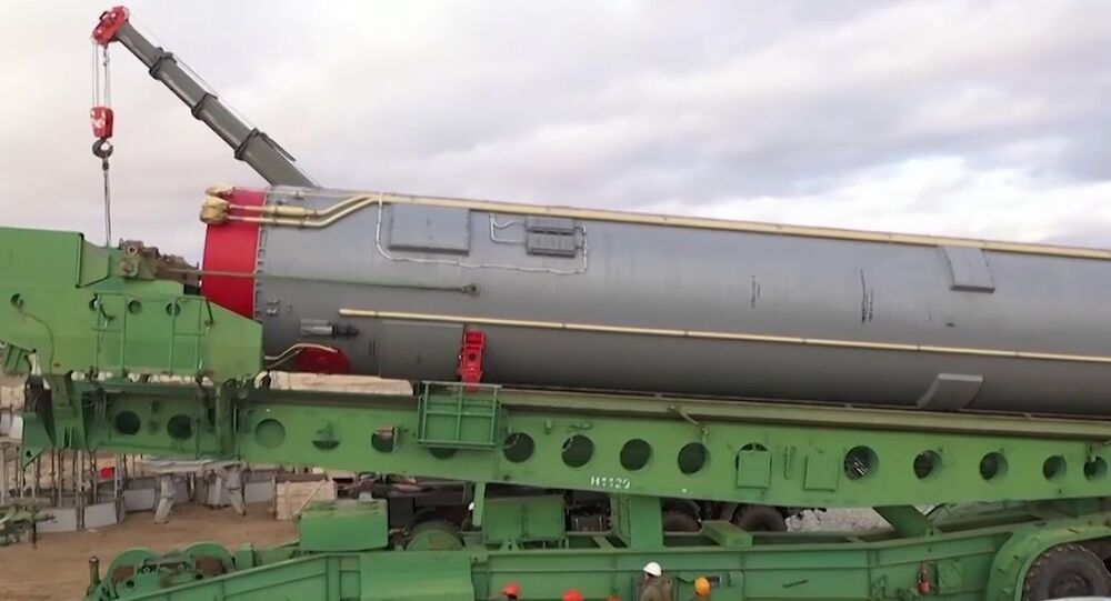 Míssil balístico intercontinental do sistema de mísseis estratégicos Avangard durante instalação no silo de lançamento na região de Orenburgo, Rússia