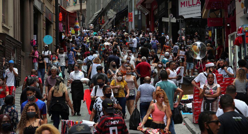Pessoas fazem compras de Natal na região da rua 25 de março, no centro de São Paulo.