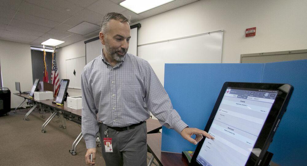 Foto de 13 de novembro de 2019 com homem demonstrando sistema de votação da empresa Dominion Voting Systems, que o estado da Geórgia usará em Atlanta, EUA