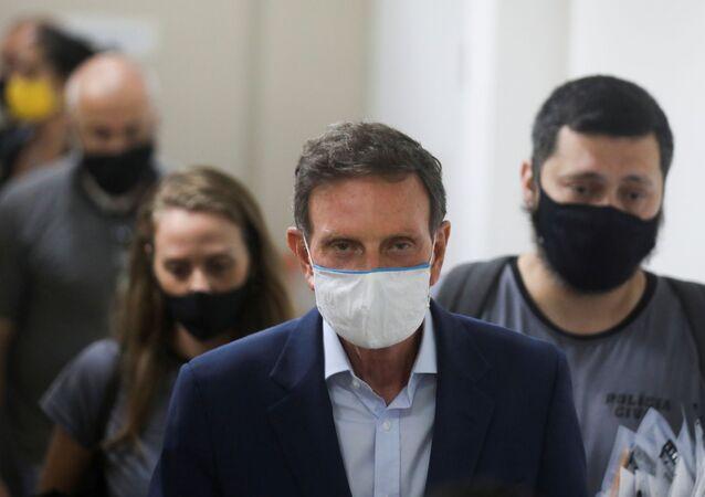 Prefeito Marcelo Crivella é conduzido por policiais para prisão no Rio de Janeiro
