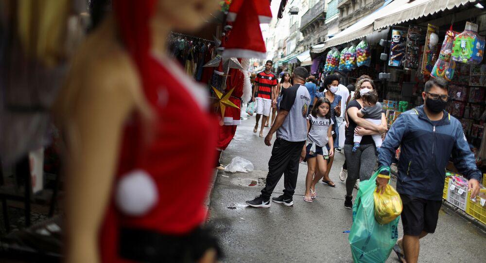 Pessoas caminham na rua com máscaras contra o coronavírus no Rio de Janeiro