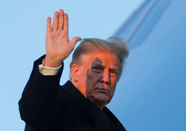 Donald Trump, presidente dos EUA, acena ao embarcar em avião em Maryland, EUA, 23 de dezembro de 2020