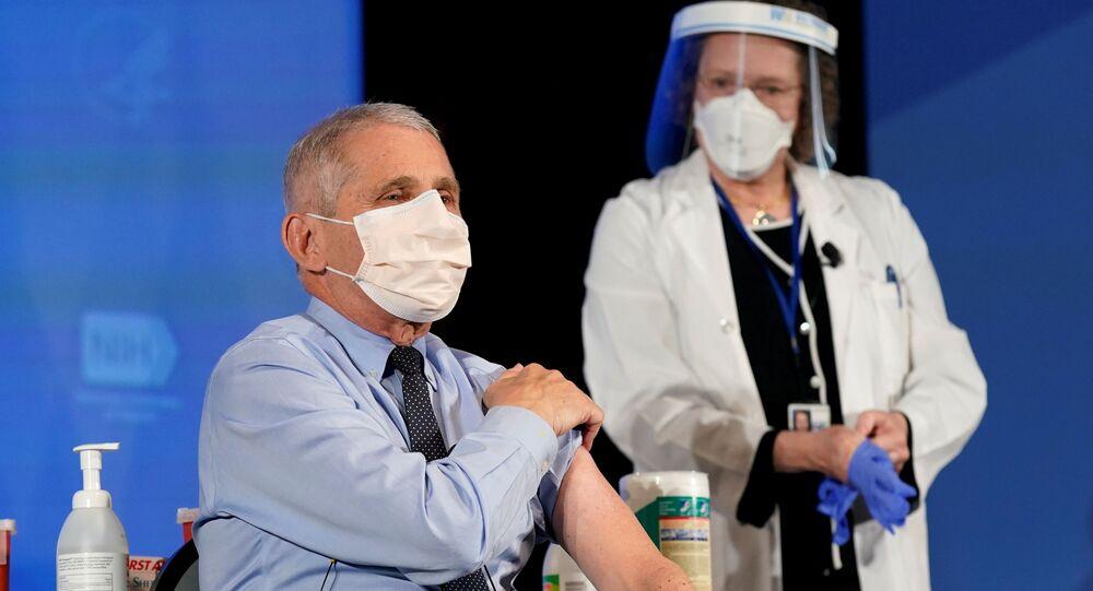 Anthony Fauci, cientista líder do grupo de combate à COVID-19 nos EUA, é vacinado contra o coronavírus