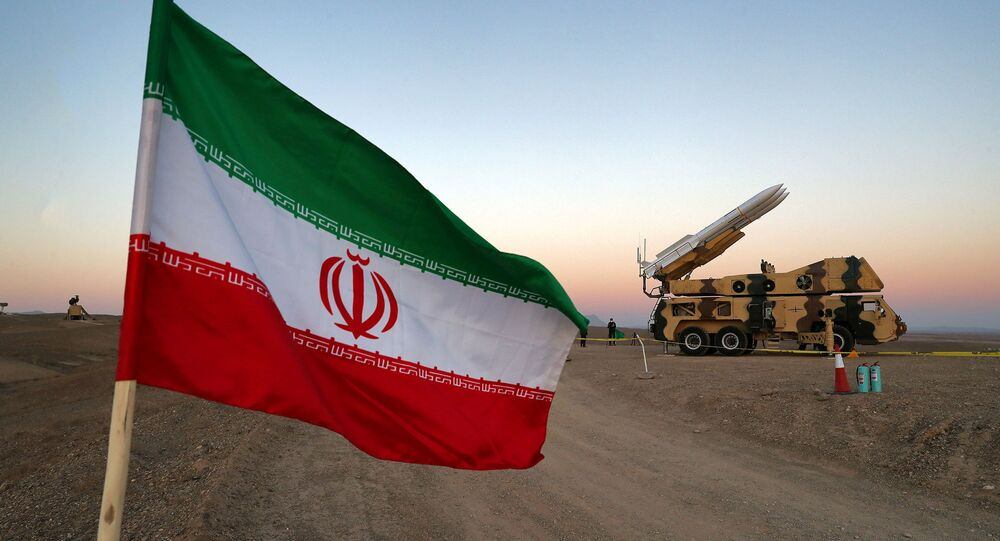 Bandeira iraniana e lançador de mísseis durante exercício militar