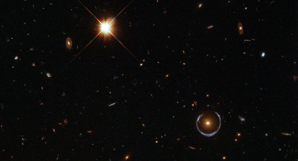 GAL-CLUS-022058s, um dos mais completos anéis de Einstein. O objeto foi apelidado com o nome do cientista e também é assim chamado por sua aparência de anel derretido