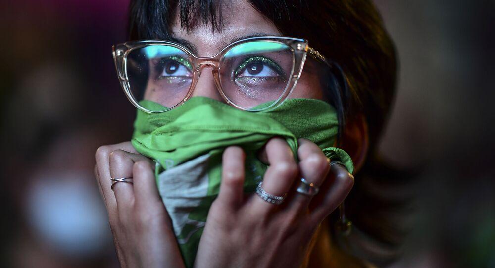 Ativista acompanha votação de projeto de lei na Câmara dos deputados, Buenos Aires, Argentina, 11 de dezembro de 2020