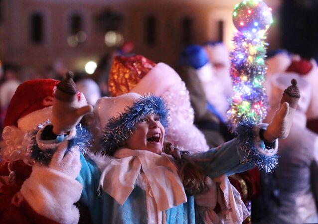 Crianças durante comemorações de final de ano na cidade de Kaluga, Rússia, 12 de dezembro de 2020