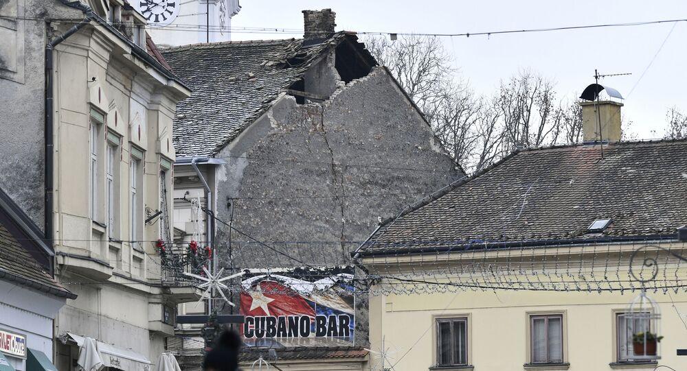 Telhado de edifício danificado por terremoto sentido em Sisak, Croácia