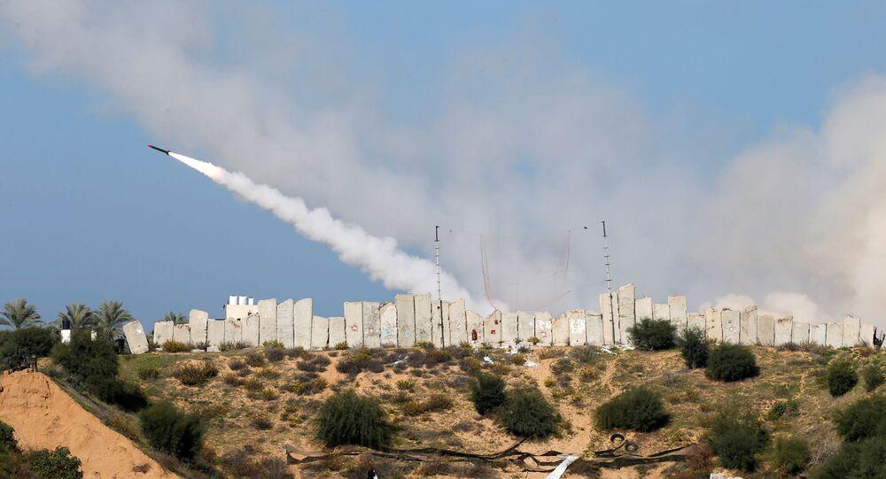 Foguete é lançado por militantes palestinos em direção ao mar Mediterrâneo durante exercício na Faixa de Gaza em 29 de dezembro de 2020