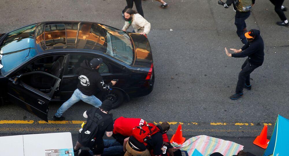 Homem sai de veículo com arma durante protesto contra desigualdade racial após a morte sob custódia policial em Minneapolis de George Floyd, em Seattle, Washington, EUA, 7 de junho de 2020