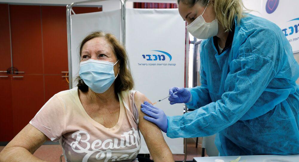 Uma israelense recebe a vacina contra a COVID-19 na cidade de Ashdod em 29 de dezembro de 2020