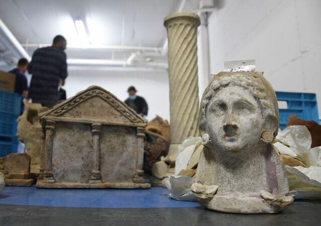 Entre as várias antiguidades apreendidas em 4 de janeiro de 2021, em Tel-Aviv, encontram-se partes de esculturas