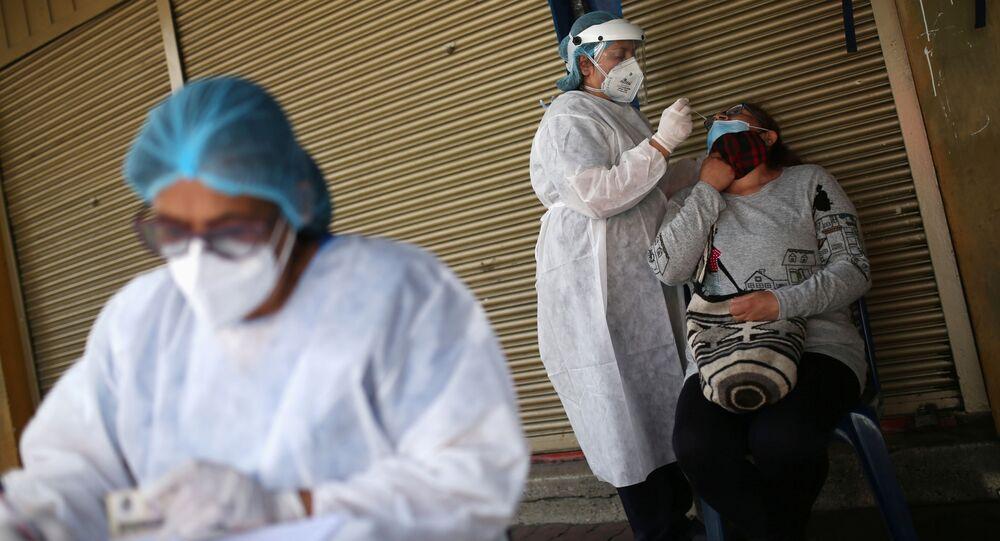 Agentes de saúde fazem testes para detecção da COVID-19 em Bogotá, na Colômbia.