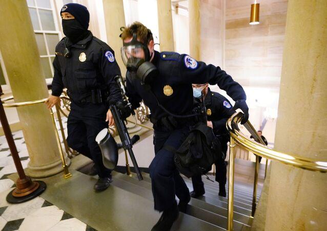 Policiais do tomam posições no Congresso dos EUA enquanto os manifestantes entram no prédio durante uma sessão conjunta para certificar os resultados das eleições de 2020 no Capitólio em Washington, EUA, 6 de janeiro de 2021