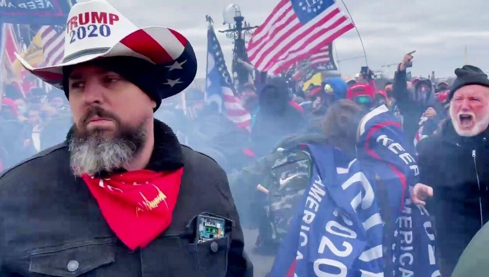 Participantes de protestos dos apoiadores do atual presidente dos EUA Donald Trump perto do edifício do Congresso, Washington, EUA