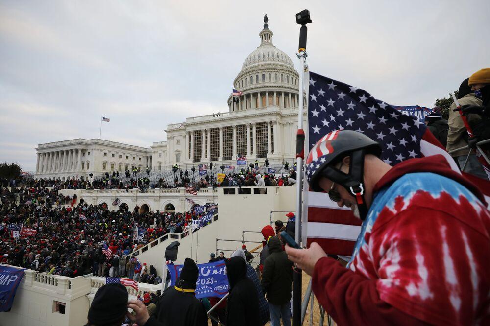Participantes dos protestos de apoiadores do atual presidente dos EUA Donald Trump na entrada do edifício do Congresso, Washington, EUA