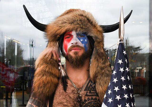 Jack Angeli, apoiador de Trump com rosto pintado com as cores da bandeira dos EUA durante tumultos em frente ao Capitólio, em Washington, EUA, 6 de janeiro de 2021