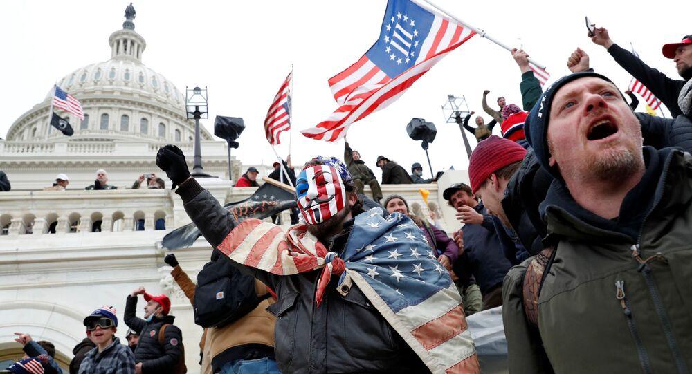 Manifestantes enfrentam a Polícia do Capitólio durante protestos para contestar a certificação dos resultados das eleições presidenciais de 2020 dos Estados Unidos pelo Congresso, em Washington, EUA, 6 de janeiro de 2021