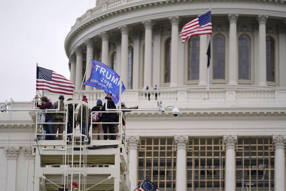 Apoiadores de Donald Trump se reúnem perto do Capitólio em Washington. Enquanto o Congresso se prepara para confirmar a vitória do presidente eleito Joe Biden, milhares de pessoas se juntaram para mostrar seu apoio ao presidente Donald Trump, Washington, EUA, 6 de janeiro de 2021