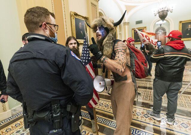 Apoiadores do presidente Donald Trump enfrentam agentes da Polícia do Capitólio dos EUA fora da Câmara do Senado dentro do Capitólio, em Washington, EUA, 6 de janeiro de 2021