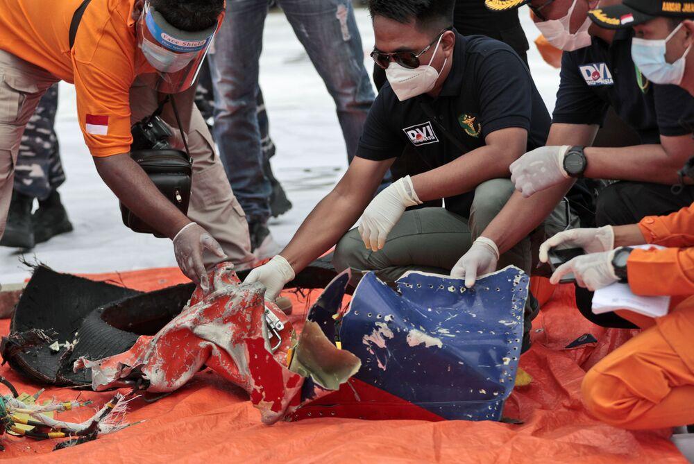 Investigadores inspecionam os destroços encontrados no mar ao largo da ilha de Java