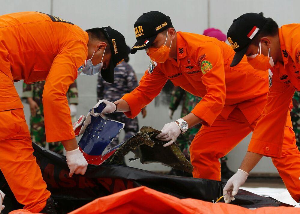 Investigadores examinam destroços encontrados no mar ao largo da ilha de Java