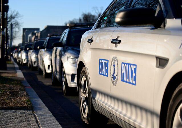 Carros policiais perto do Capitólio dos EUA, um dia depois que apoiadores de Donald Trump, presidente dos EUA, ocuparam o prédio do Capitólio em Washington, EUA, 7 de janeiro de 2021