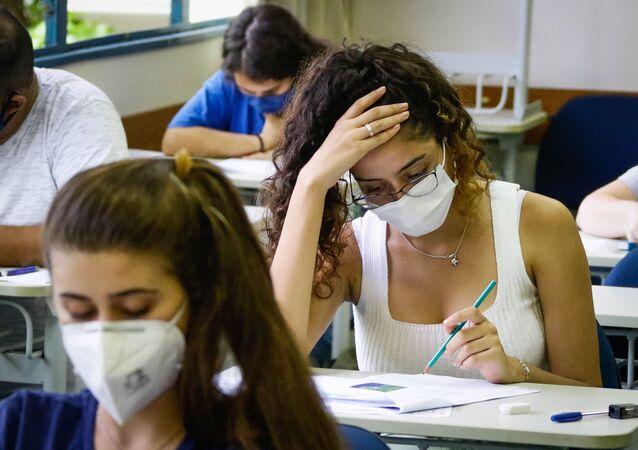 De máscara e respeitando o distanciamento social, candidatos fazem prova da Fuvest, em São Paulo, no domingo 10 de janeiro de 2021.