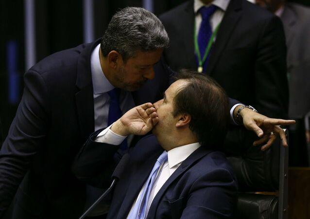 Deputado Arthur Lira (PP-AL), candidato à presidência da Câmara e apoiado pelo governo Bolsonaro, conversa com atual presidente da Casa, Rodrigo Maia