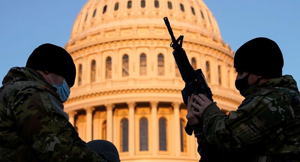 Membros da Guarda Nacional armados antes de os democratas começarem a debater o impeachment do presidente Donald Trump no Capitólio, Washington, EUA, 13 de janeiro de 2021